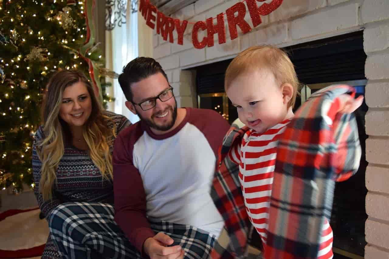 クリスマスを家族で過ごす男性