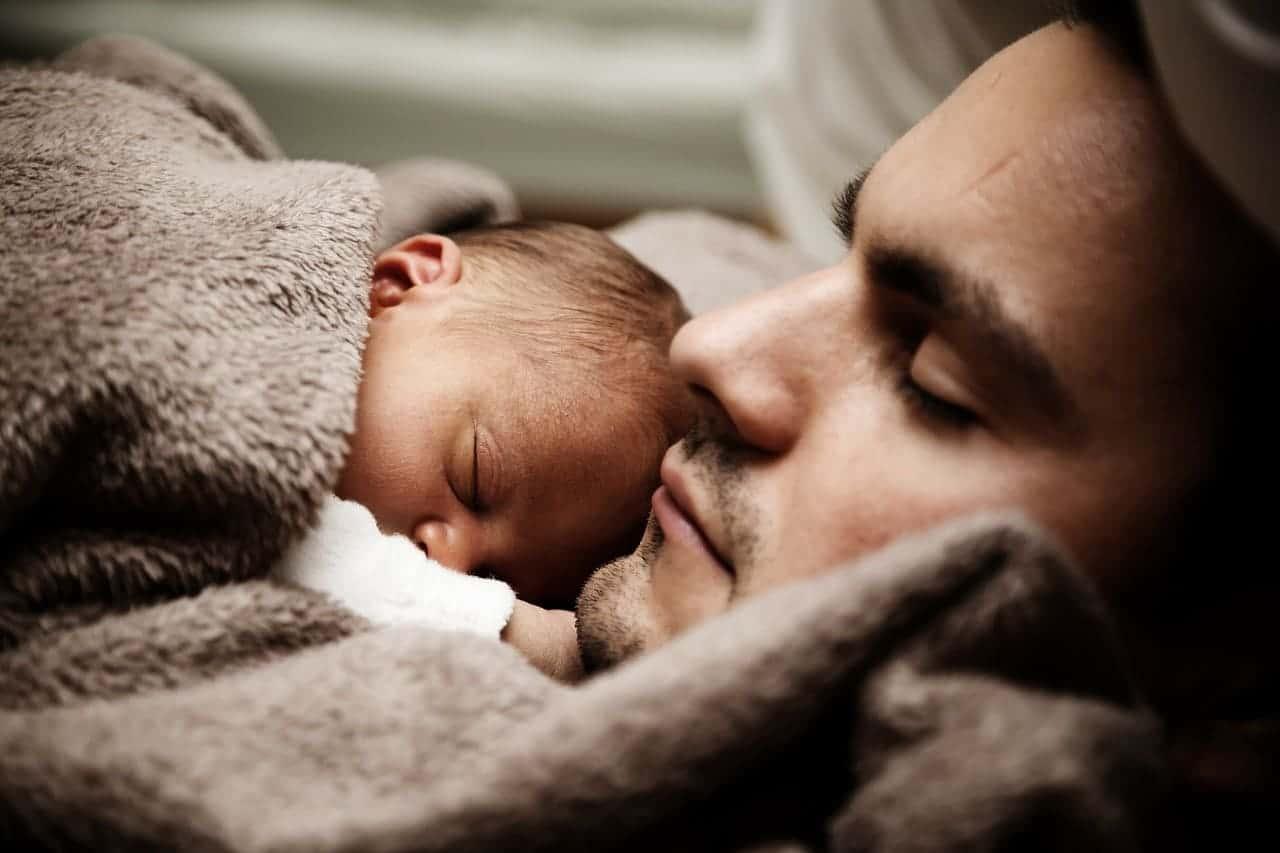 赤ちゃんと寝る男性