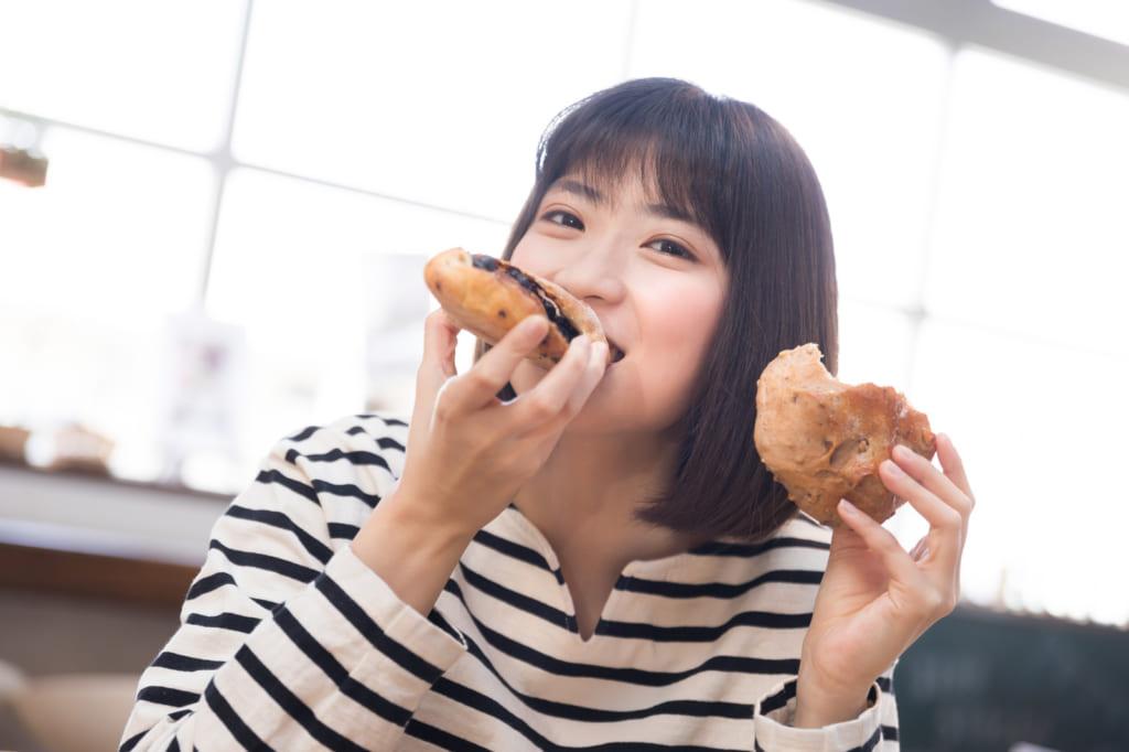 食べ物を食べている女の人