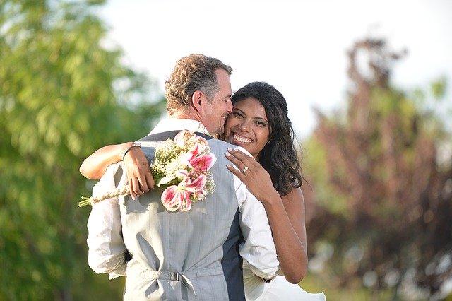 結婚しているカップルの画像